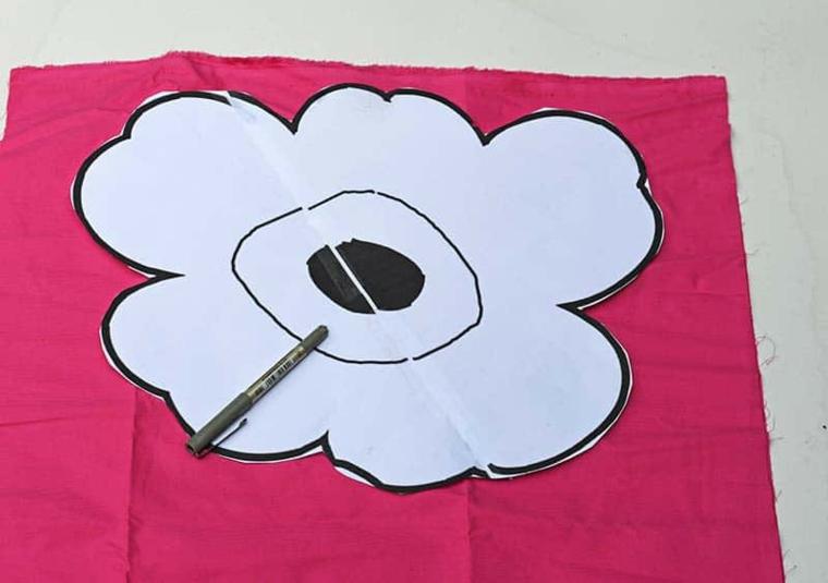 pattern stencil disegno fiore pezzo stoffa colore fucsia penna sfera nera