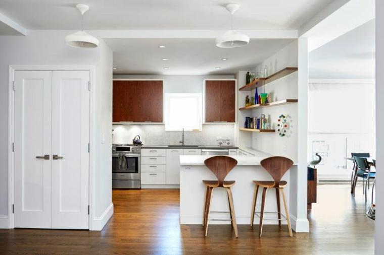 pavimento parquet cucine classiche con frigo esterno isola sgabelli mensole a vista finestra
