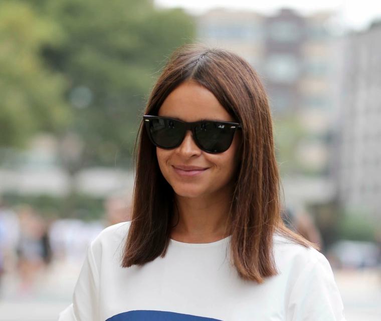 pettinatura long bob lob colorazione castano tagli capelli lunghi lisci occhiali da sole donna