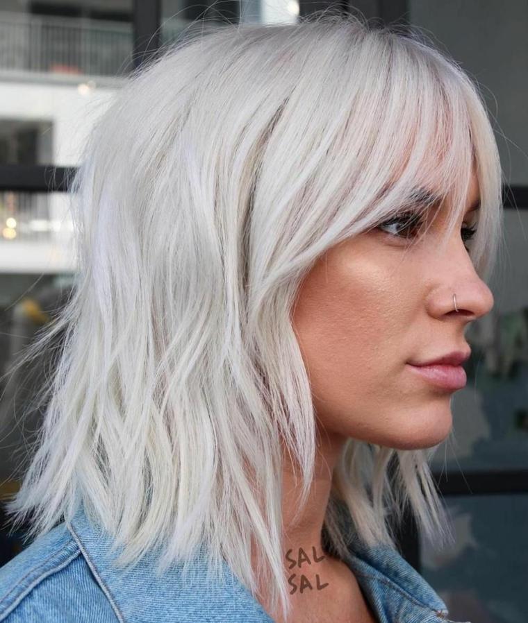 pettinature capelli medi colore biondo ghiaccio acconciatura taglio scalato con frangia