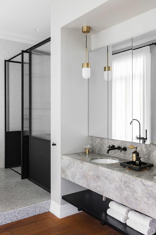 piastrelle bagni moderni rivestimento lavabo marmo specchio lampada