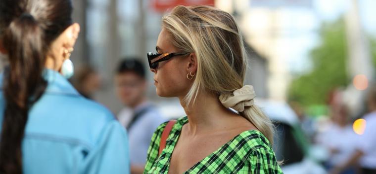 ragazza bionda capelli lunghi con frangia legati elastico occhiali da sole