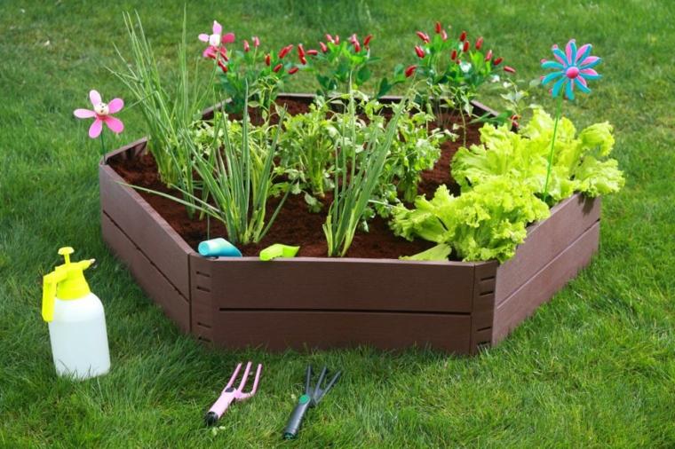 recinzione legno strumenti giardinaggio come fare aiuole in giardino piante fiori