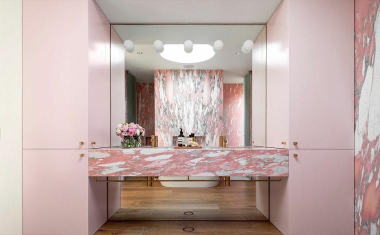 rivestimento bagno effetto marmo piastrelle mobile lavabo specchio lampade
