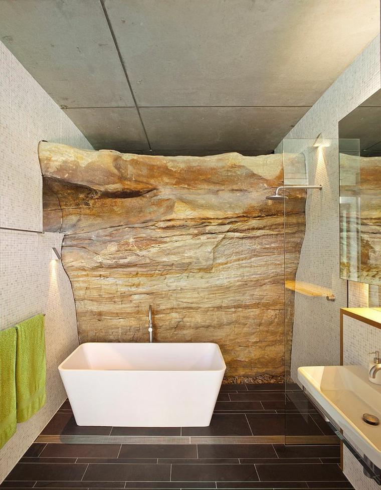rivestimento doccia effetto pietra vasca mobile lavabo specchio lampade illuminazione bagno