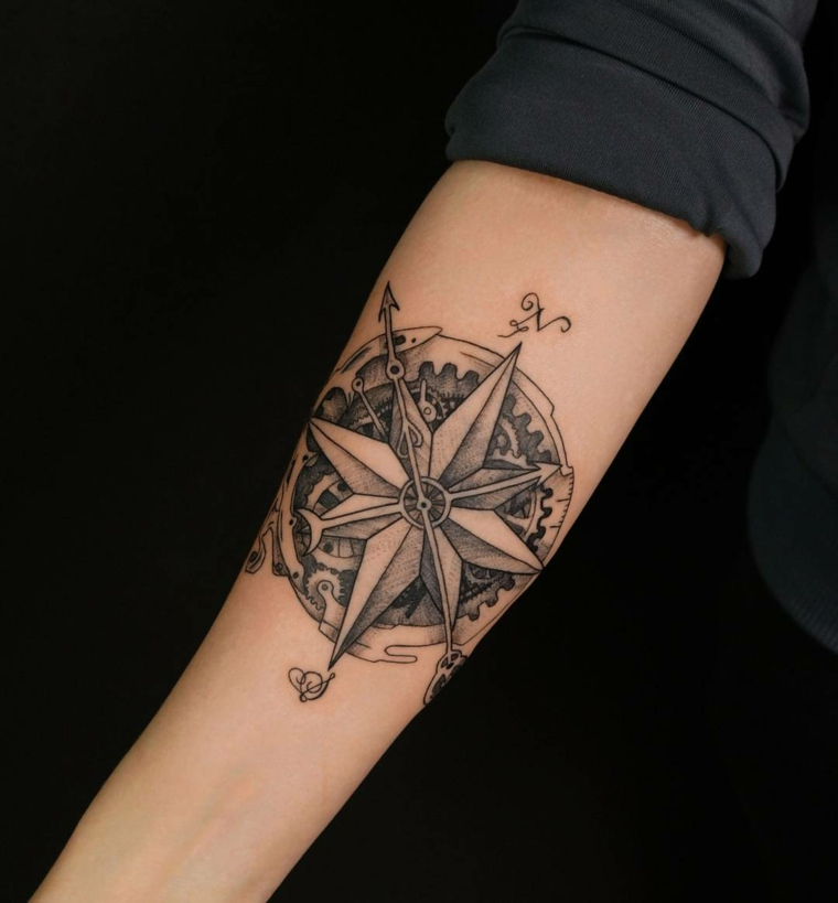 rosa dei venti disegno stilizzato avambraccio braccio donna stella bussola direzioni