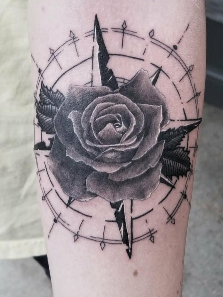 rosa dei venti ol school tatuaggio avambraccio donna tattoo stella polare