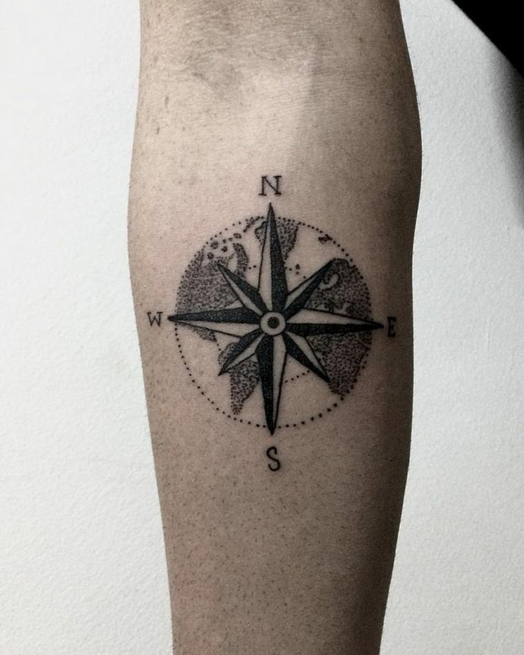 rosa tatuaggio significato avambraccio uomo direzioni bussola mano braccio