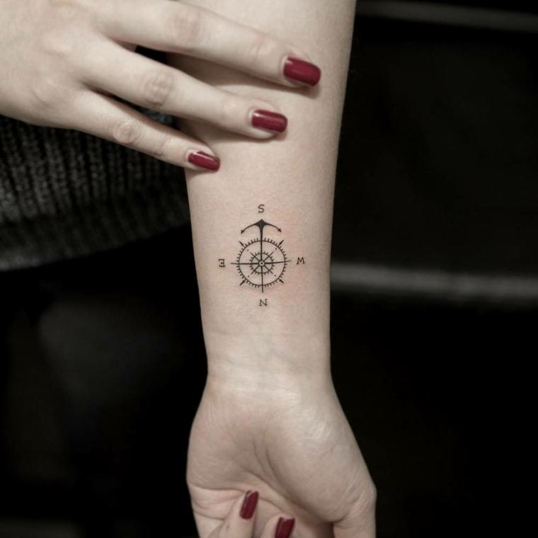 rosa tatuaggio significato polso mano tattoo stella polare bussola direzioni smalto rosso unghie