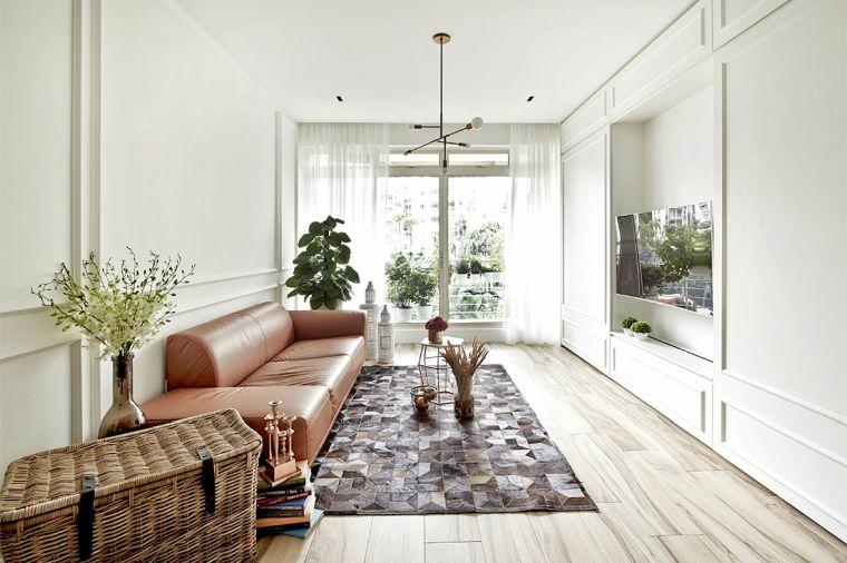 salotto divano pelle marrone piante da appartamento parete attrezzata tv baule rattan