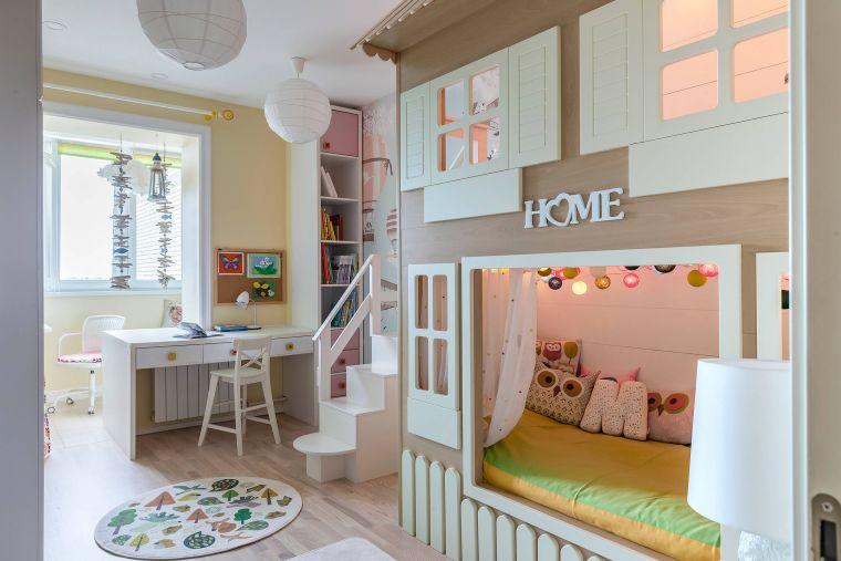 scrivania sedie cameretta bambini 2 letti pavimento parquet scritta home
