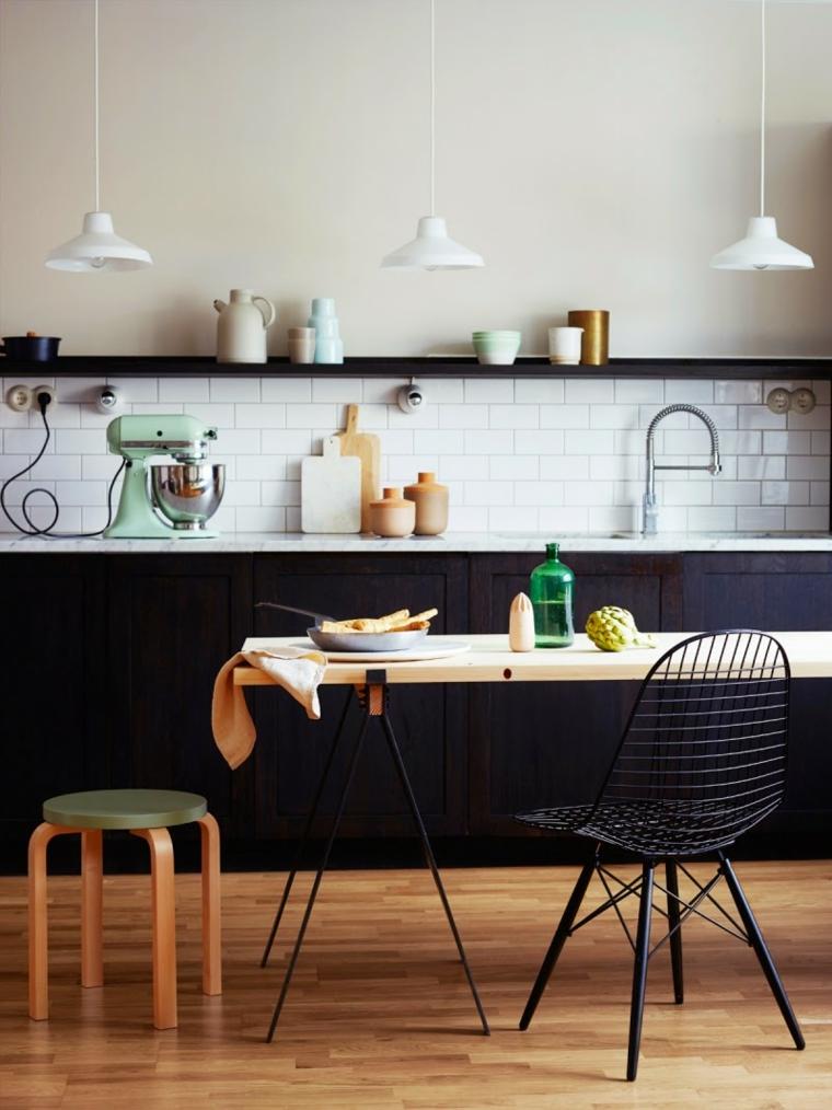 sedia metallo cucina con isola dimensioni minime paraschizzi piastrelle bianche mensola vista