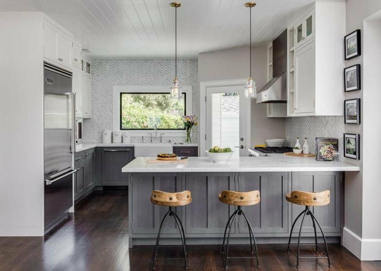 sgabelli isola cucine classiche con frigo esterno acciaio inox lampadario sospeso
