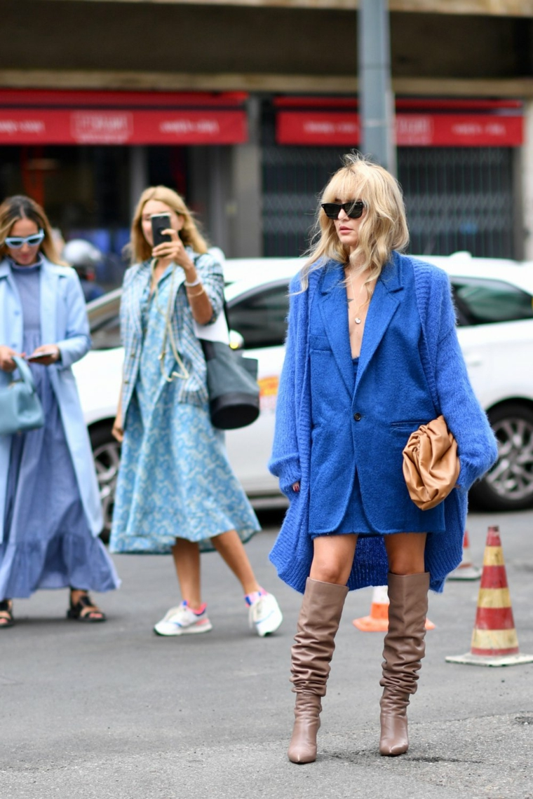 tagli capelli autunno 2020 colorazione biondo acconciatura frangia cappotto blu occhiali da sole