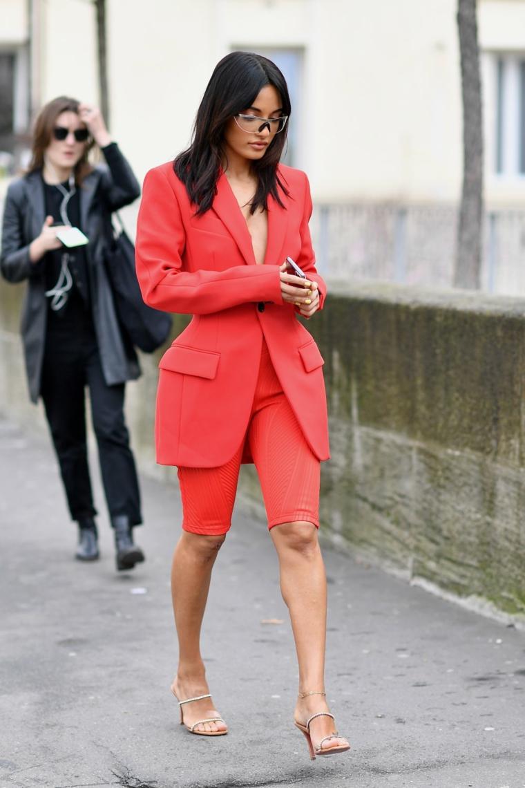 tagli capelli corti immagini medio colore nero pettinatura liscia donna cammina