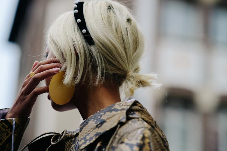 tagli capelli corti inverno 2020 colorazione biondo fascia perle orecchini donna