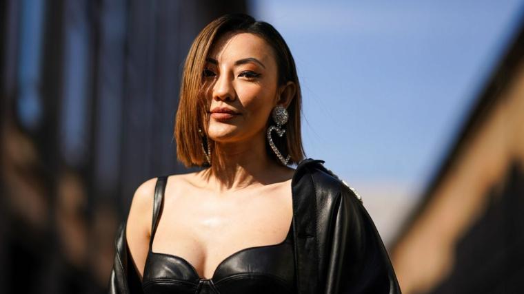 tagli capelli corti inverno 2020 donna acconciatura caschetto castano giacca pelle
