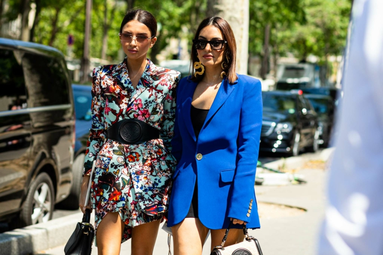 tagli capelli lunghi lisci colore castano due ragazze giacche macchine strada
