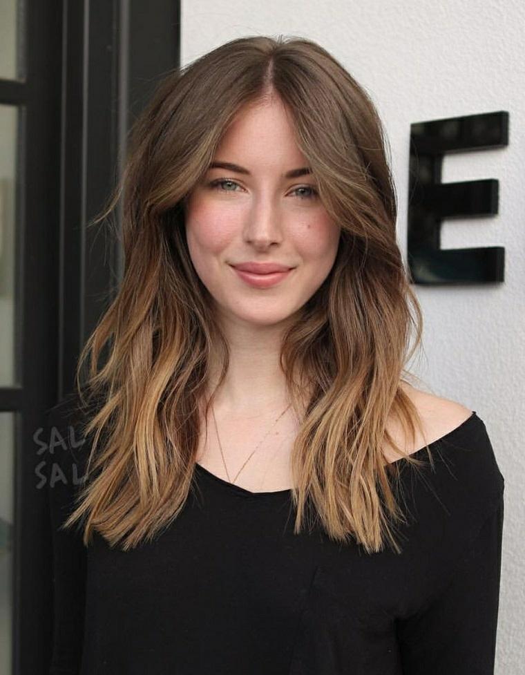 tagli capelli medi scalati e sfilati 2020 colore biondo balayage frangia mossa acconciatura donna