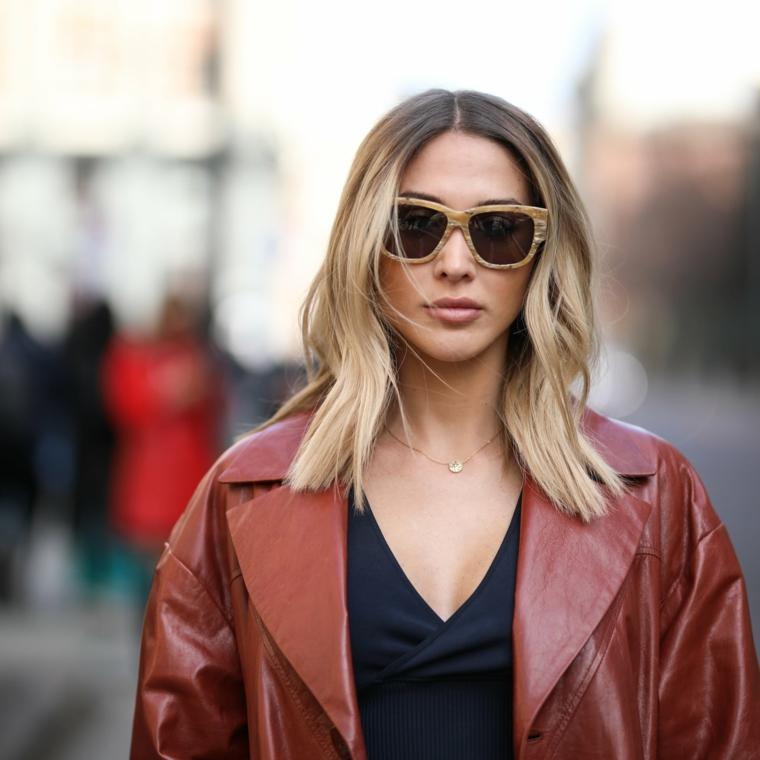 tagli capelli medi scalati e sfilati 2020 colore biondo balayage occhiali da sole giacca pelle