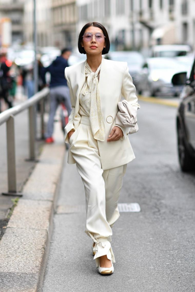 tagli corti 2020 acconciatura caschetto colore nero giacca pantalone largo donna cammina