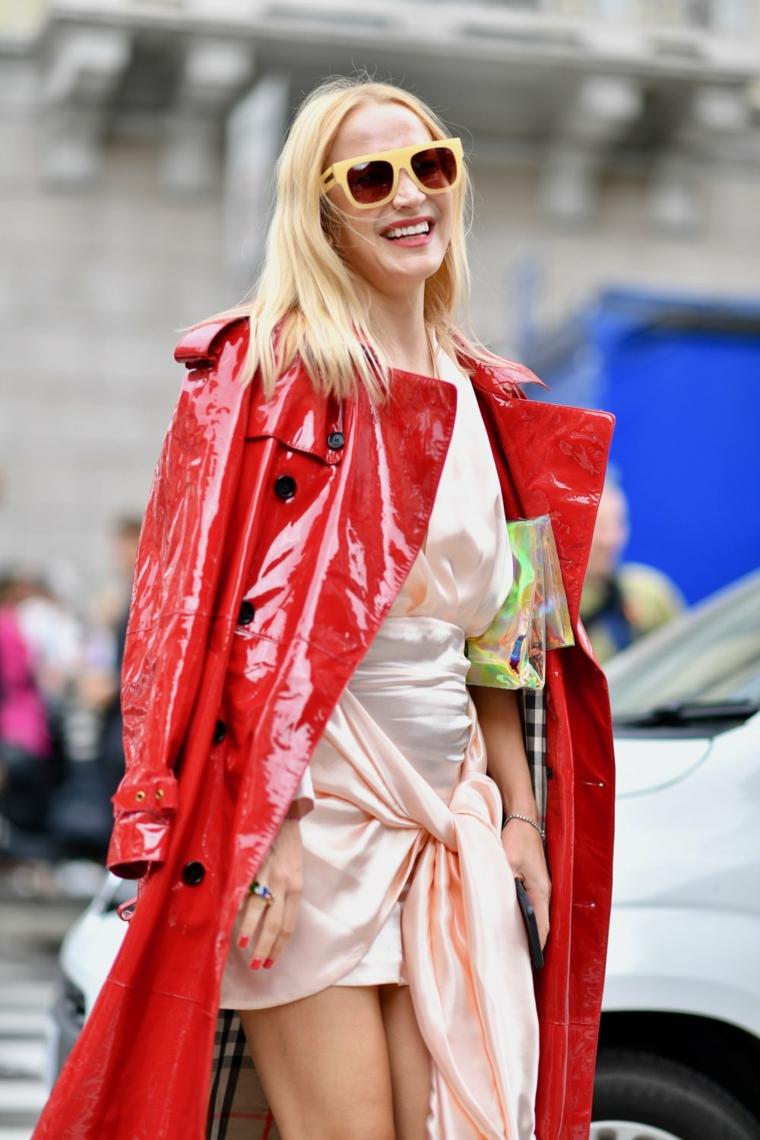 taglio capelli 2020 donne medi scalati colore biondo giacca lunga pelle rosso