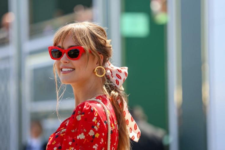 taglio capelli 2020 donne medi scalati colore biondo legati sciarpa occhiali rossi orecchini