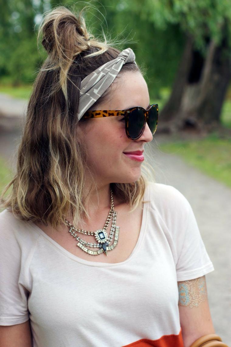 taglio capelli lunghi scalati ragazza acconciatura bionda occhiali da sole fascia