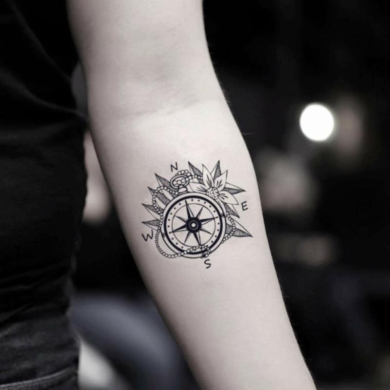 tatuaggio bussola significato avambraccio donna rosa dei venti donna braccio