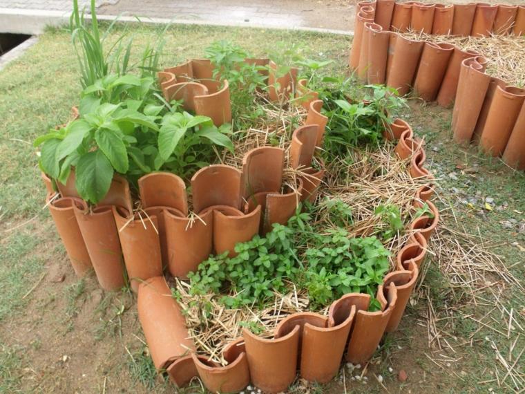 tegole argilla idee aiuole giardino fai da te piante foglia verde giardino recinzione