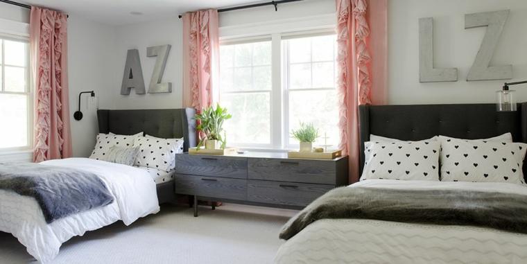 tende rosa iniziali parete camerette due letti a terra mobile legno finestra