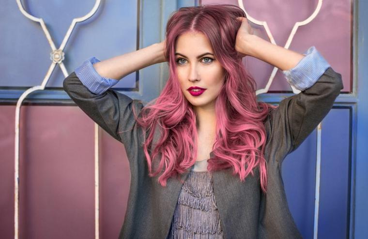 acconciatura balayage rosa viola capelli lunghi onde ricci ragazza