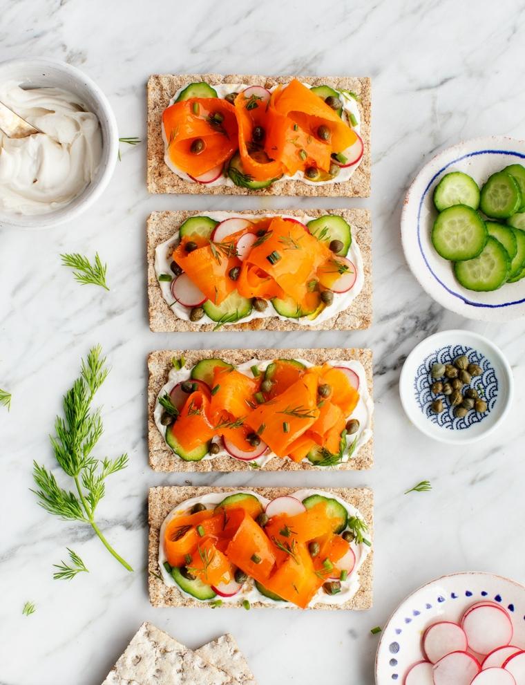 antipasti da preparare in anticipo crostini di pane con cetrioli ravanelli e formaggio spalmabile
