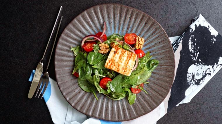 antipasti sfiziosi da fare in anticipo piatto con isalata di pesche grigliate e formaggio