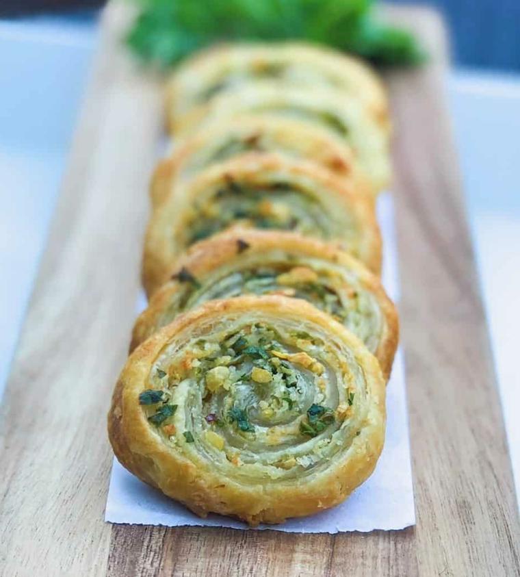 antipasti veloci con pasta sfoglia girelle di erbe fresche e aglio su tovaglio di carta