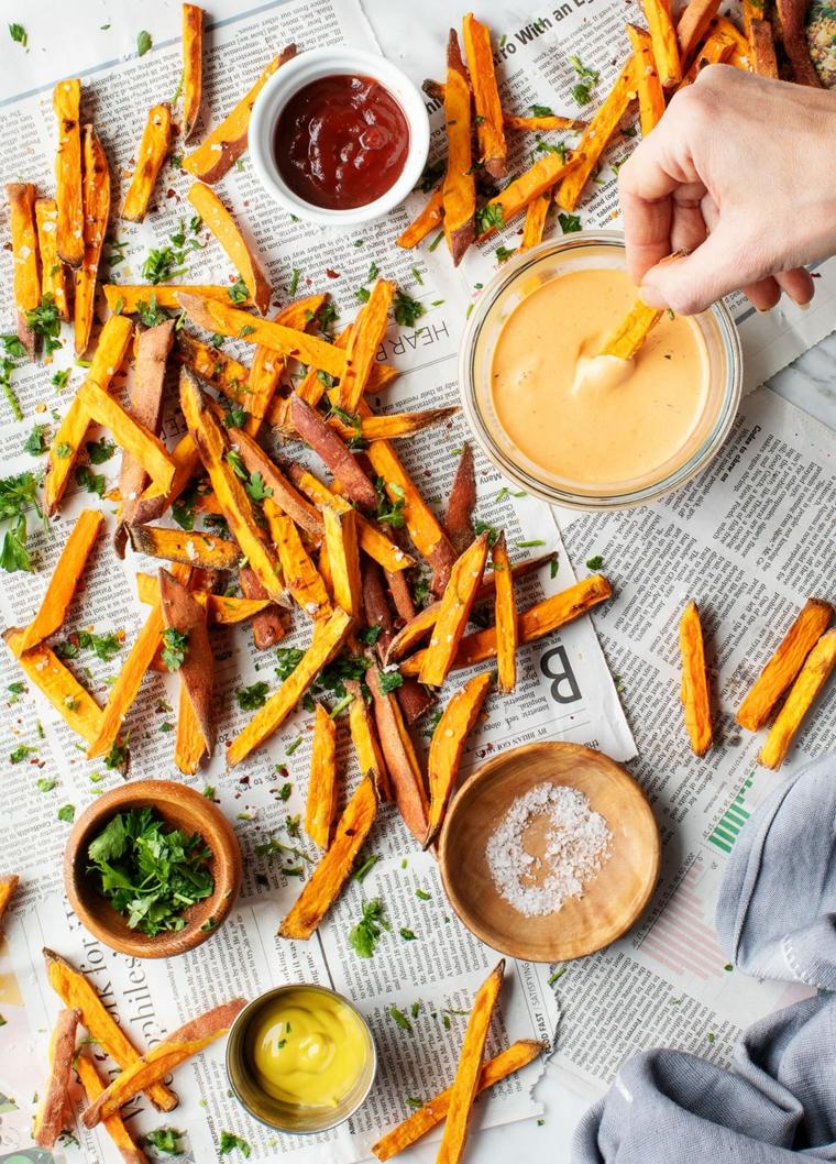 aperitivi veloci ed economici snack di patate dolci con ciotole di salse