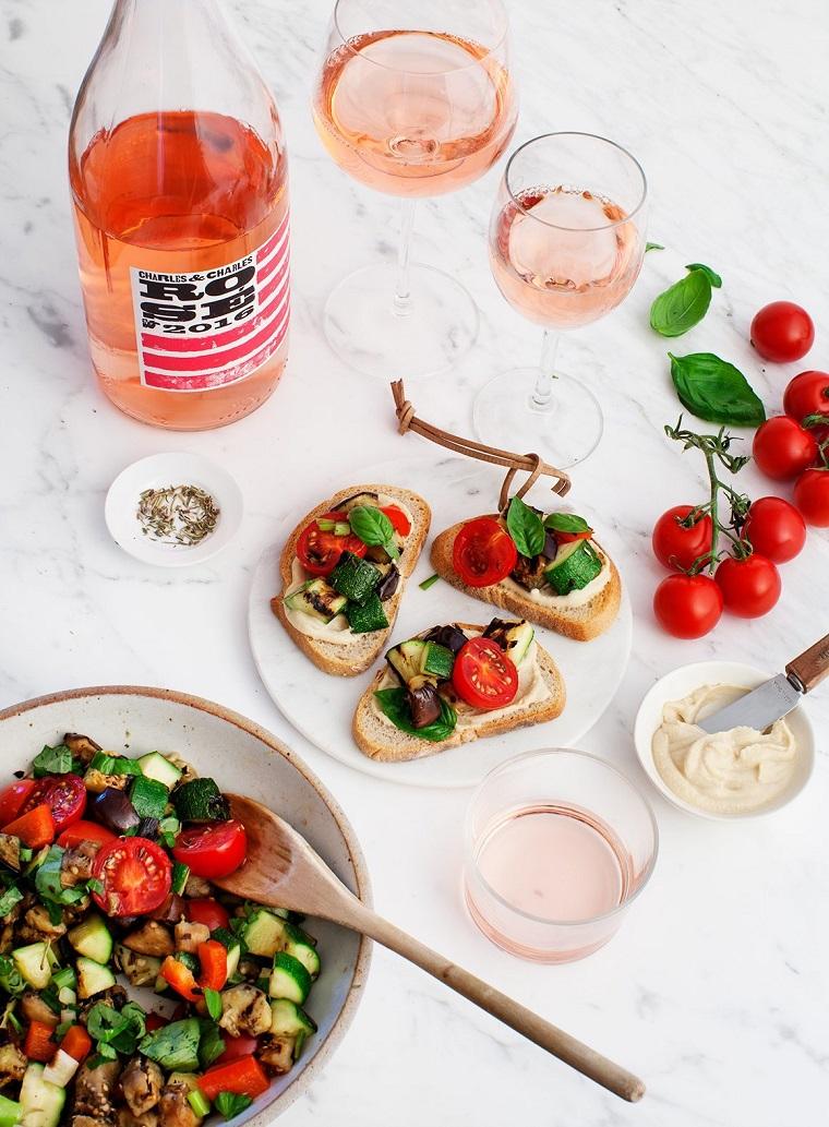 bicchieri di vino spumante ciotola con verdure grigliate cena a buffet ricette sfiziose