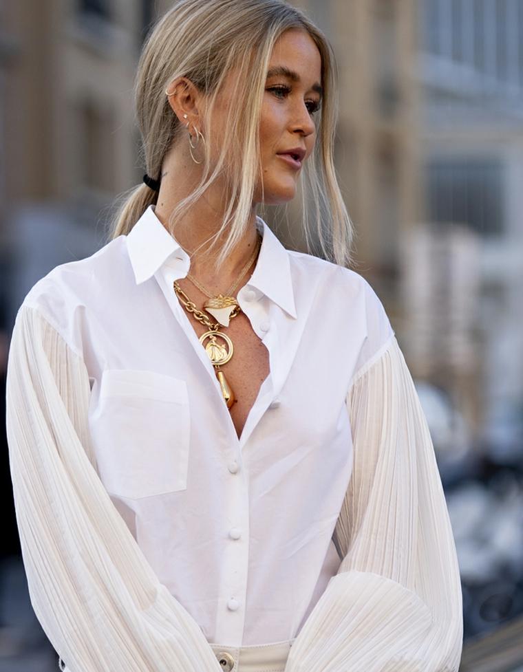 capelli corti con meches bianche biondo donna acconciatura raccolto ciondoli camicia bianca