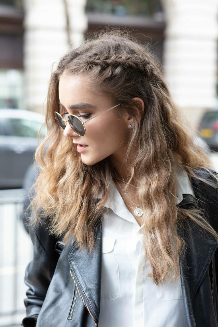 capelli ricci con meches bionde acconciatura treccia laterale occhiali da sole