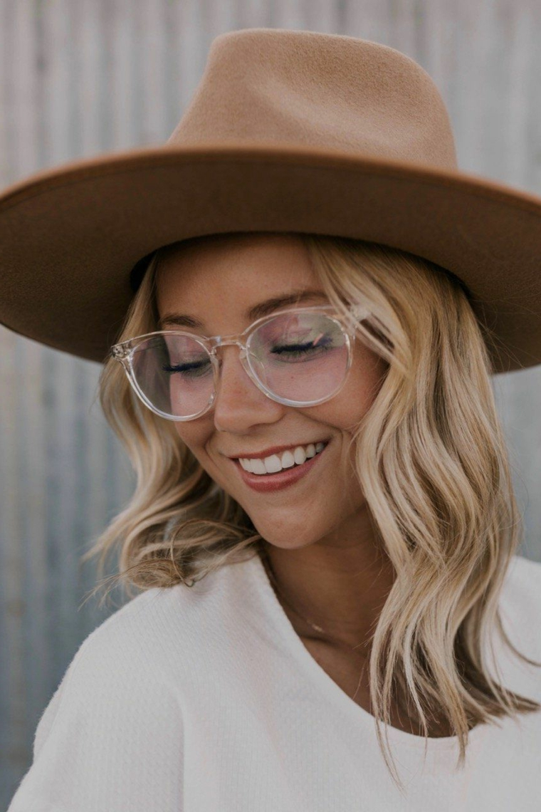 cappello lana montature occhiali da donna da vista trasparenti acetato ragazza capelli biondi mossi