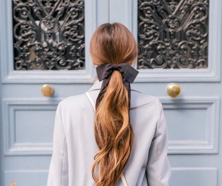 caramello colore capelli 2020 acconciatura raccolti fiocco elastico donna porta ingresso