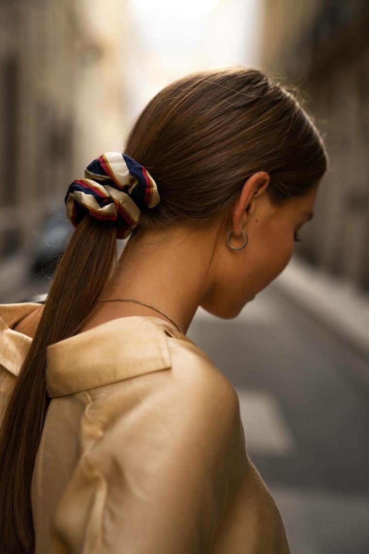 caramello colore capelli 2020 acconciatura raccolto coda donna camicia