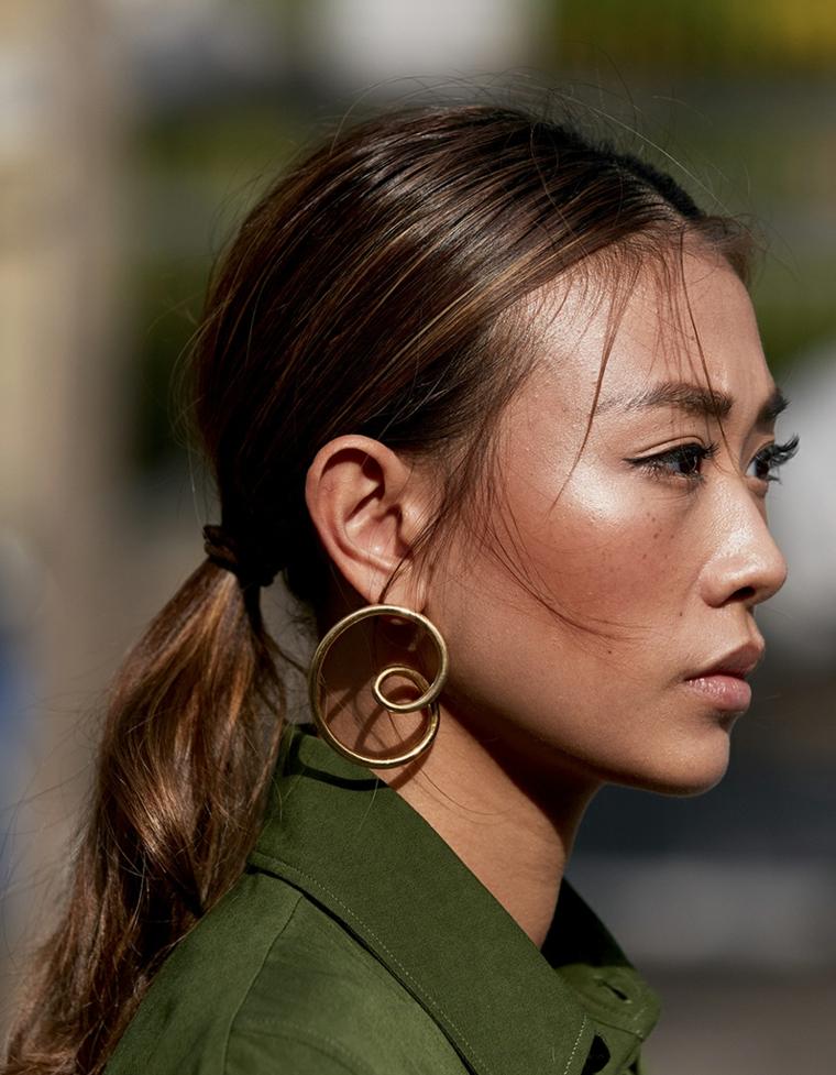 caramello colore capelli 2020 donna acconciatura raccolto mosso viso orecchini