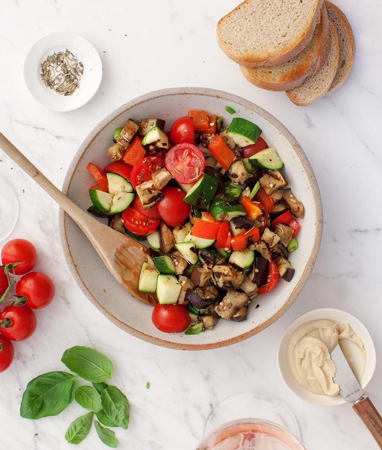 ciotola con verdure tagliate e grigliate idee aperitivo a casa fette di pana per bruschette