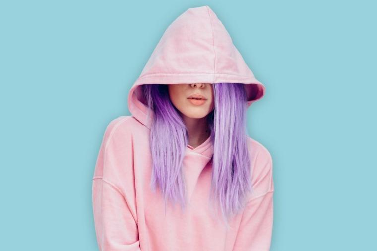 colore capelli lunghi 2020 viola felpa cappuccio rosa ragazza sfondo blu