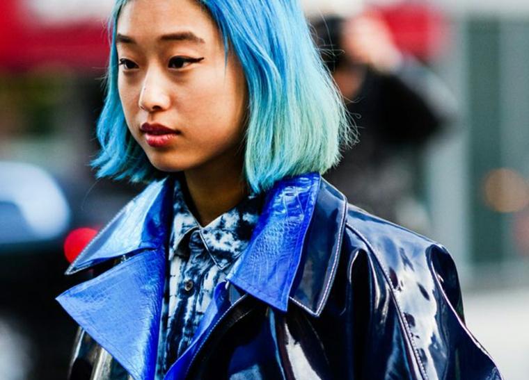 colori capelli estate 2020 taglio caschetto corto colorazione blu giacca vinile