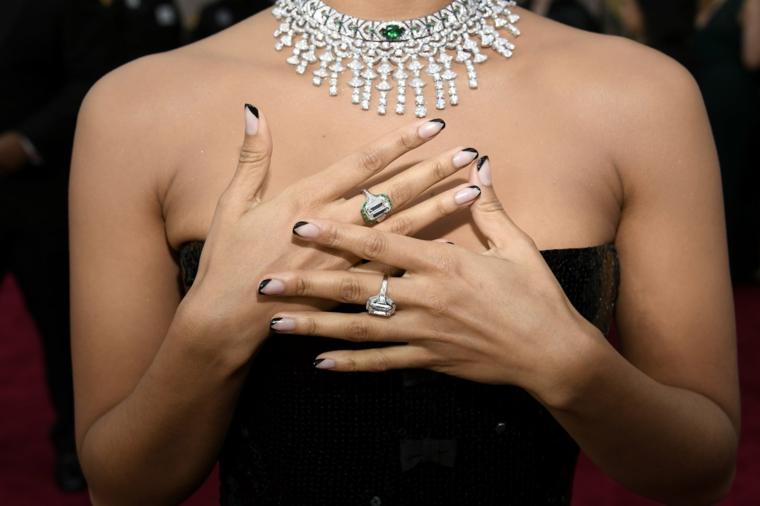 colori gel unghie autunno 2020 french manicure smalto nero anelli sulla mano di una donna