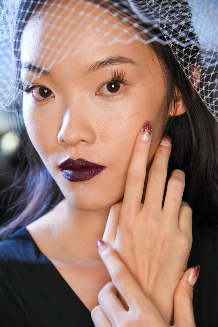 colori smalto autunno inverno 2020 ragazza con unghie a mandorla colore graduale