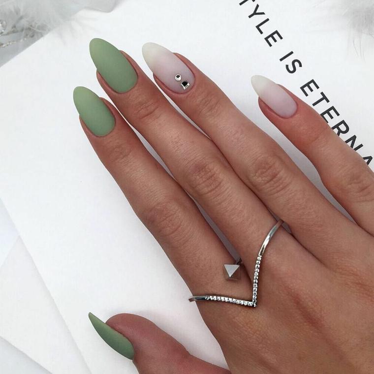 colori smalto autunno inverno 2020 unghie a mandorla colore verde mat accent nail nude con brillantino