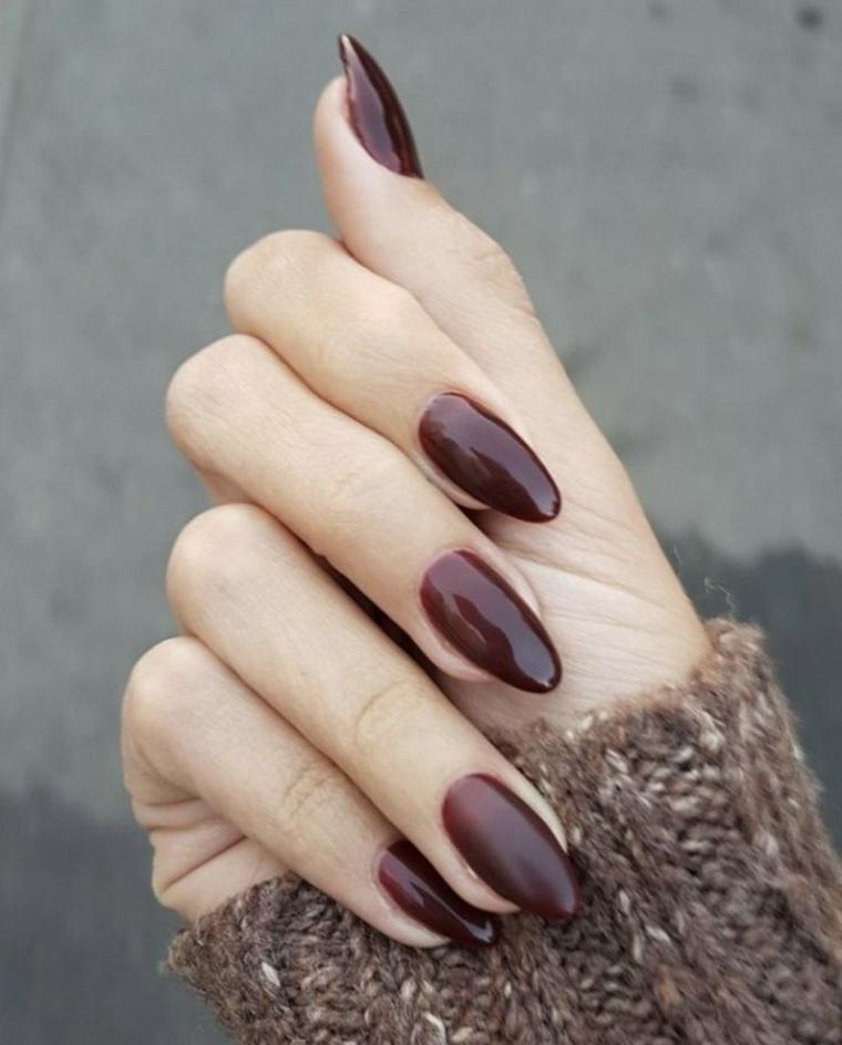 colori smalto autunno inverno 2020 unghie a mandorla dipinte bordeaux lucido
